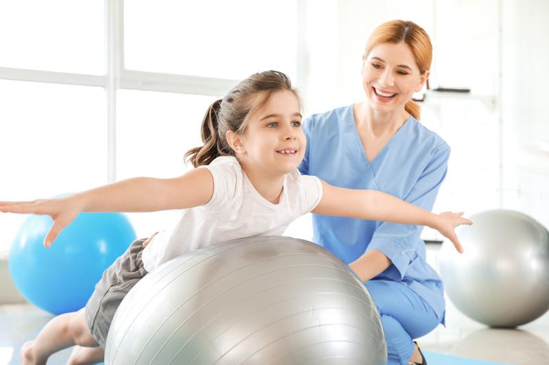 Fizjoterapeuta zajęcia z dzieckiem w przedszkolu
