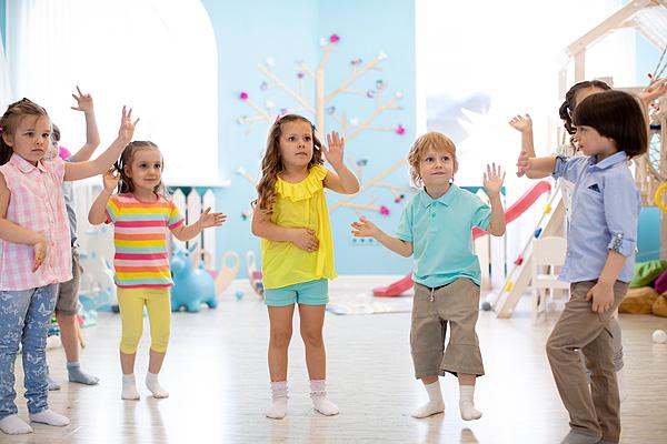 dzieci tańczą w przedszkolu